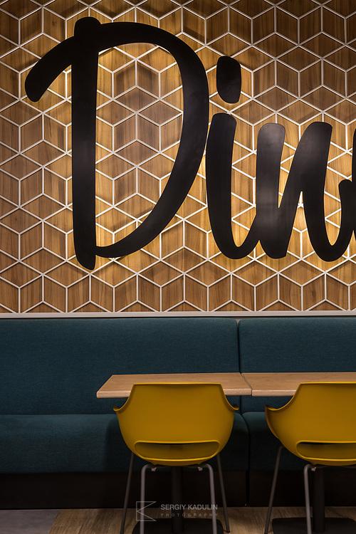 """Интерьерная фотосъемка кафе, ресторанов. Фрагмент оформления ресторана """"Dinners"""" в БЦ """"Ильинский, Киев."""