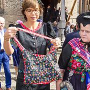 NLD/Den Haag/20170919 - Prinsjesdag 2017, Carla Dik samen met dames uit Staphorst