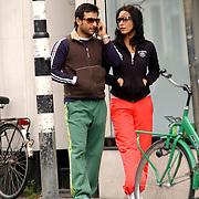 NLD/Amsterdam/20050611 - Indiaase filmster Saif Ali Khan en vriendin wandelend door Amsterdam