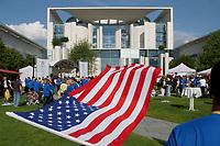 05 JUL 2002, BERLIN/GERMANY:<br /> Jugendliche aus Deutschland und den USA feiern auf dem Deutsch-Amerikanischen Freundschaftsfest, Bundeskanzleramt<br /> IMAGE: 20020705-02-020<br /> KEYWORDS: Gerhard Schröder, USA, Flagge, Fahne,