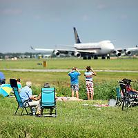 Nederland, Zwanenburg , 1 augustus 2012..De Airbus A380, het grootste passagiersvliegtuig ter wereld, landde vandaag voor het eerst in Nederland met passagiers aan boord..Op de IJweg bij Zwanenburg wachten vele vliegtuigspotters vergeefs lang de Polderbaan. De Airbus zou uiteindelijk tot frustratie van de vele vliegtuigspotters die langs de Polderbaan wachten op een andere baan landen.Foto:Jean-Pierre Jans