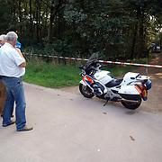 NLD/Huizen/20050906 - Verbrand lijk gevonden langs bospad Bussummerweg Huizen, technische recherche, afzetting, motor