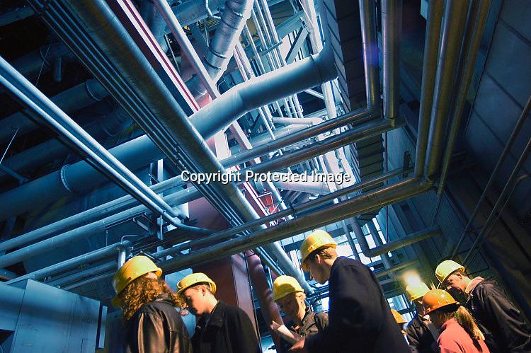 Nederland, Nijmegen, 11-10-2003Veel buizen en bezoekers tijdens de open dag bij de electriciteitscentrale van Elektrabel in Nijmegen. De dag was georganiseerd om  het publiekte laten zien wat nodig is om elektriciteit uit het stopcontact te krijgen. Ook is deze centrale zeer modern wat betreft filtering van rookgasuitstoot. De vliegas wordt er uitgehaald en gebruikt als grondstof voor cement. Samenbrenging van zwavel uit de ontzwavelingsinstallatie en van de slakken -kalksteen-  levert gips op. Deze centrale is een van de schoonste kolengestookte van Europa. Energie, stroomproductie, milieu, energiemarkt.Foto: Flip Franssen