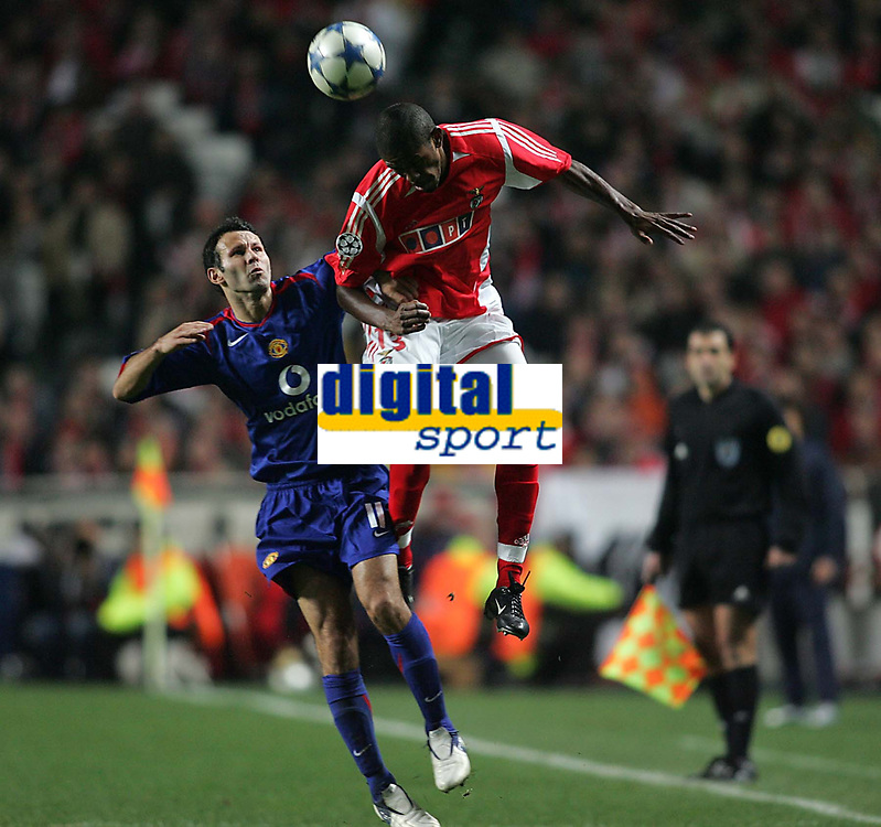 Photo: Lee Earle.<br /> Benfica v Manchester United. UEFA Champions League.<br /> 07/12/2005. United's Ryan Giggs (L) is beaten to the ball by Alcides.