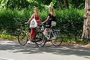 In Utrecht fietsen twee meisjes over een smalle fietsstrook.<br /> <br /> In Utrecht cyclist ride at a small bike lane.