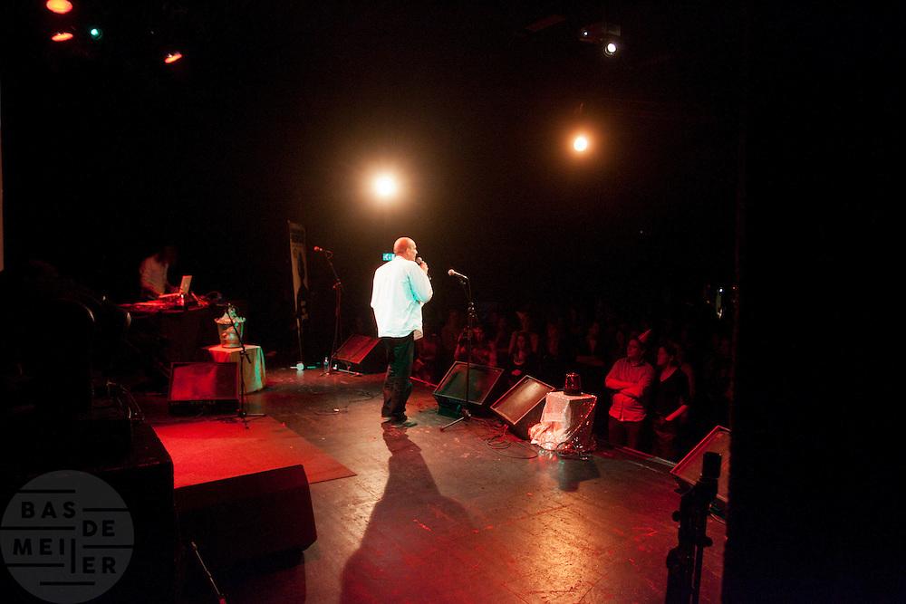 roop draagt zijn gedicht voor. In Utrecht vindt het tiende Nationaal Kampioenschap Poetry Slam plaats. Negen dichters dragen eigen werk voor en door middel van een applausmeting en een jury wordt bepaald wie naar de finale gaat. Tijdens de finalebattle, waarbij de twee finalisten gedichten tegen elkaar voordragen, bepaalt het publiek wie de uiteindelijke winnaar wordt.<br /> <br /> roop is reciting his poems. In Utrecht the tenth Dutch Championship Poetry Slam is taking place. Nine poets recite their own works, and through an applause measurement and a jury is determined who goes to the finals. During the final battle, the two finalists recite poems against each other, the audience determines who the winner is.