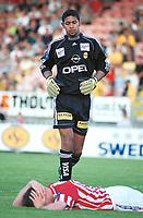 Keeper Emille Baron, Lillestrøm. Skadet Tromsø-spiller ligger foran. Lillestrøm - Tromsø 6-0. Tippeligaen 2000. 13. august 2000. (Foto: Peter Tubaas/Fortuna Media)