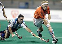 WK Hockey Nederland-Argentinie (2-1). De Argentijn  probeert Remco van Wijk te stoppen.
