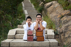 Kraftakt: Nur mit der Kraft ihrer Arme erklimmen die beiden Behinderten Chen Zhou und Gao Zhiyu den Mount Lao / 100916 *** <br /> QINGDAO, CHINA - SEPTEMBER 10: <br /> Legless motivational speaker Chen Zhou (R) and legless teenager Gao Zhiyu climb the Mount Lao on September 10, 2016 in Qingdao, Shandong Province of China. 11-year-old Gao Zhiyu form Shandong Jimo, accompanied by 32-year-old motivational speaker Chen Zhou form Shandong Linyi, climbed the Mount Lao and finally arrived at the 900-meter-high site after over five hours' climbing on Saturday in Qingdao.