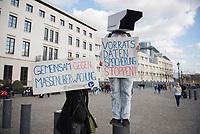 DEU, Deutschland, Germany, Berlin, 18.04.2015: Demonstration gegen die geplanten Freihandelsabkommen TTIP/CETA zwischen der EU und den USA/Kanada. Demonstranten mit Schild Vorratsdatenspeicherung stoppen, Gemeinsam gegen Massenüberwachung.
