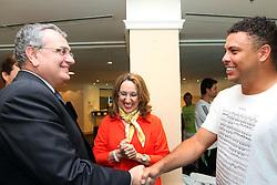 A vice-diretora mundial do PNUD - Programa das Nações Unidas para o Desenvolvimento, Rebeca Grynspan, acompanhada do jogador Ronaldo Nazario. FOTO: Marcos Nagelstein/Preview.com/PNUD