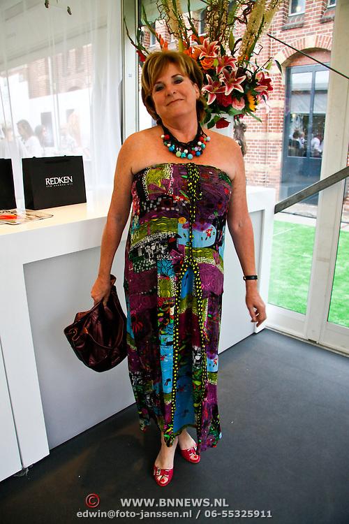 NLD/Amsterdam/20100716 - Inloop modeshow Monique de Collignon bij de AIF, Catharine Keijl