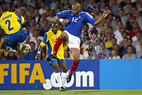 FOOTBALL - CONFEDERATIONS CUP 2003 - GROUP A - 030618 - FRANCE v COLUMBIA - THIERRY HENRY (FRA) / IVAN CORDOBA (COL) - PHOTO GUY JEFFROY /DIGITALSPORT