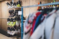 THEMENBILD - Skischuhe in einem Sportartikel Geschäft während der Coronavirus Pandemie. Ab heute sperren zahlreiche Handelsgeschäfte nach dem einmonatigen Shutdown wieder auf. Zell am See Kaprun am Dienstag 14. April 2020. // Ski boots in a sporting equipment store during the World Wide Coronavirus Pandemic. Starting today, many shops will re open after the one-month shutdown in Kaprun, Austria on 2020/04/14. EXPA Pictures © 2020, PhotoCredit: EXPA/ JFK