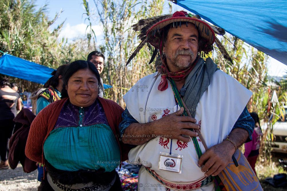 Una donna Chamula posa con uno sciamano di cultura Huichol.
