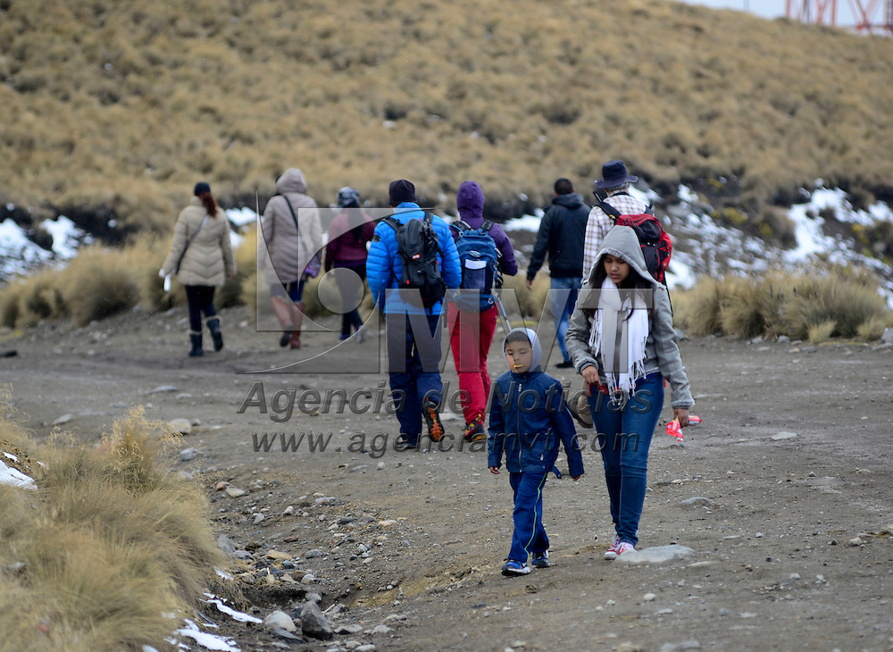Zinacantepec, Méx.- Aspectos del Volcán Xinantécatl el cual se cubrió de una capa de nieve después de que el día de ayer se registraran bajas temperaturas, desde temprana hora empezaron a llegar algunos visitantes para maravillarse con el Nevado de Toluca. Agencia MVT / Crisanta Espinosa