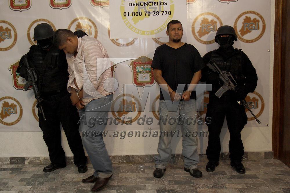 Toluca, Mex.- La PGJEM detuvo a dos presuntos secuestradores en el municipio de Hueypoxtla, quienes al menos están ligados con tres plagios en el Estado de México, la captura fue realizada cuando se llevaba a cabo la liberación de una de sus víctimas, al momento de la detención les fueron incautadas armas de grueso calibre y cartuchos útiles. Agencia MVT / Crisanta Espinosa. (DIGITAL)<br /> <br /> NO ARCHIVAR - NO ARCHIVE