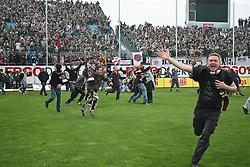 02.05.2010, Playmobil Stadion, Fuerth, GER, 2. FBL, SpVgg Greuther Fuerth vs FC St. Pauli, im Bild.St Pauli Fans stuermen den Rasen.EXPA Pictures © 2010, PhotoCredit: EXPA/ nph/  news / SPORTIDA PHOTO AGENCY