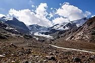 Vista sul ghiacciaio del Forni. Dieci anni fa questo era il punto in cui iniziava la lingua del ghiacciaio, ora ritiratosi per oltre un centinaio di metri. Lombardia, Agosto 2020.