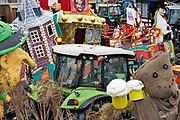 Nederland, Ooij, 3-3-2019Nadat de wagens zich verzameld hebben op het dorpsplein trekken ze een rondje door het dorp.Foto: Flip Franssen
