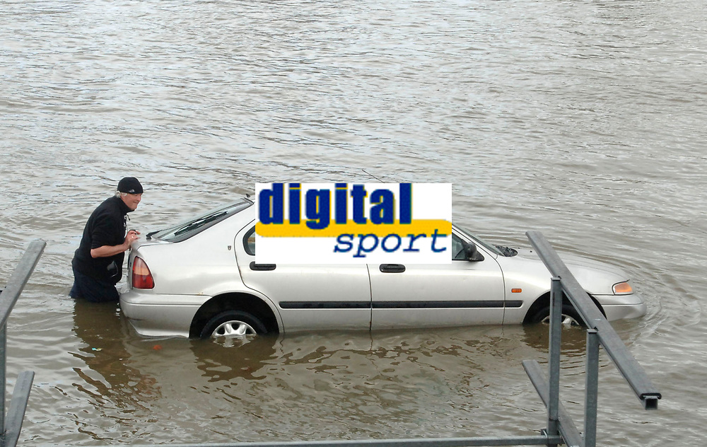 Photo: Daniel Hambury.<br />Varsity Boat Race Preview Day. 29/03/2006.<br />A man tries to rescue his half sunken car.