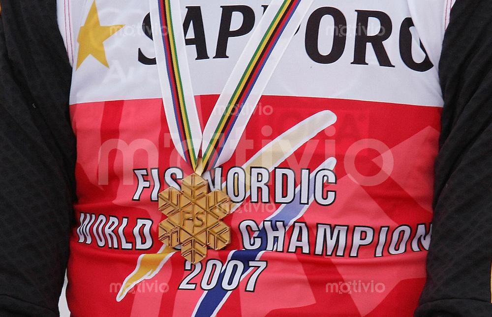 Sapporo , 030307 , Nordische Ski Weltmeisterschaft  Nordische Kombination 15km Langlauf ,  Ronny ACKERMANN (GER) haengt die Goldmedaille auf dem Weltmeistertrikot