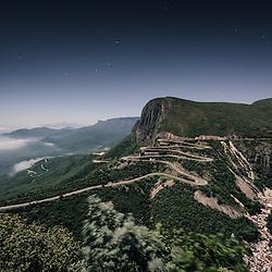 Serra da Leba. Foto nocturna sem viaturas, tirada as 2h da madrugada. Huíla, Angola