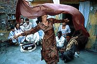 Pakistan - Hijra, les demi-femmes du Pakistan - Ce groupe d'Hijra habite en communauté avec leur Guru dans un vieux quartier de Lahore //Pakistan. Punjab province. Hijra, the half woman of Pakistan
