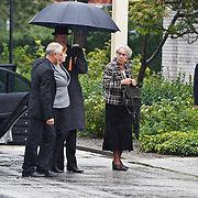NLD/Amsterdam/20100826 - Uitvaart RTL journalist Conny Mus in Amsterdam, aankomst rouwstoet, zus Gerda en familieleden