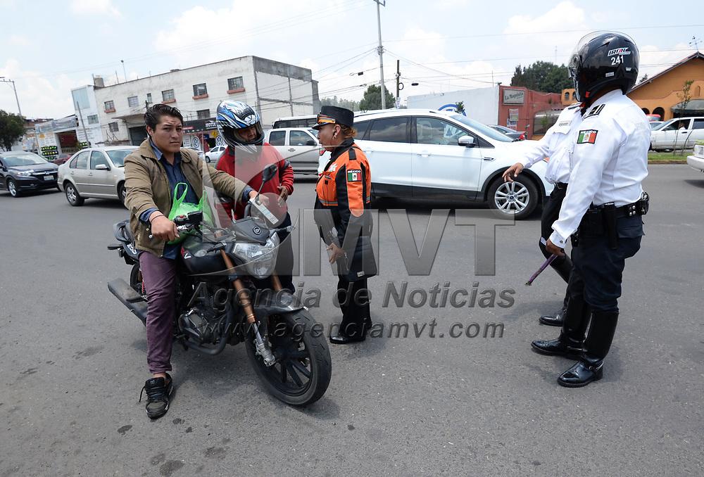 TOLUCA, México.- (Julio 17, 2017).- Policías de Transito de Toluca realizan la revisión de motocicletas que circulan en la avenida Isidro Fabela, revisando que los conductores cuenten con las medidas de seguridad, y que tengan en orden sus papeles, de lo contrario se les aplica una multa y  algunas motos son retenidas. Agencia MVT / Crisanta Espinosa.