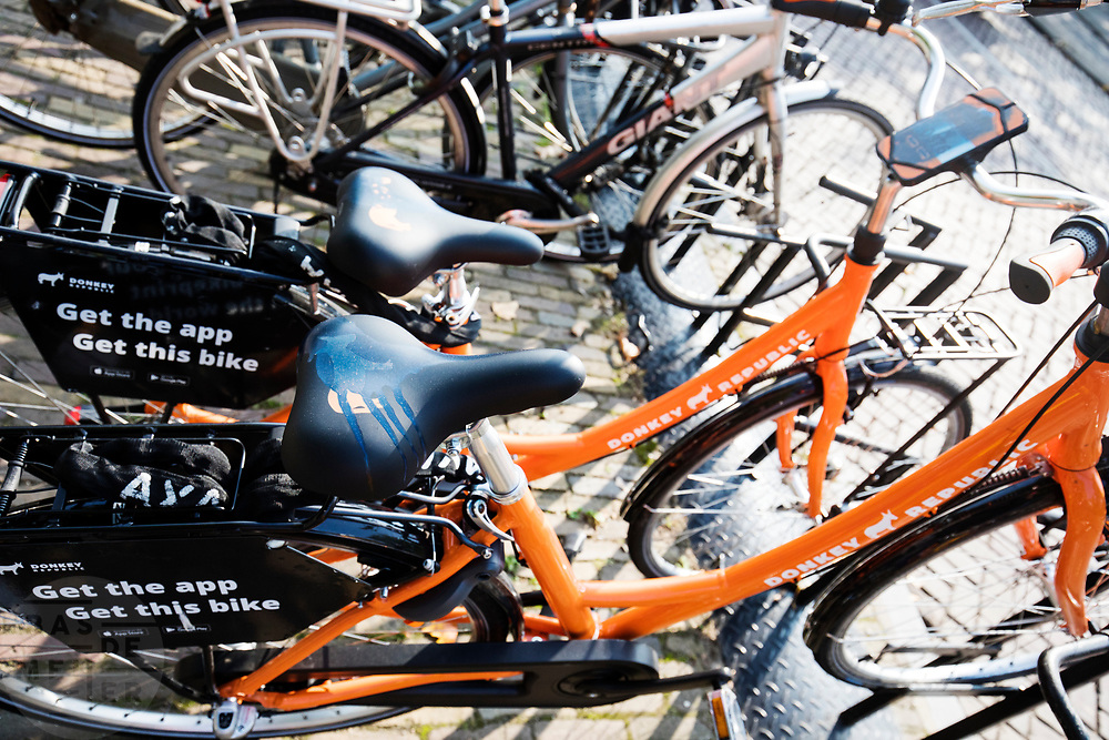 In Utrecht staan huurfietsen van het Deense fietsverhuurbedrijf Donkey Republic. De deelfietsen kunnen met een app worden gehuurd en worden ontgrendeld met bluetooth. In tegenstelling tot de Obike moeten de fietsen naar een vaste fietsenstalling worden gebracht. Zo moet de overlast beperkt worden.<br /> <br /> In Utrecht rental bikes from the Danish bicycle rental company Donkey Republic are parked in the city center. The sharing keys can be rented with an app and unlocked with bluetooth. Unlike Obike, the bikes must be brought to a fixed bicycle storage room. Thus, the nuisance must be limited.