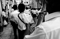 Ostuni, 04.07.2010. Comune salentino dell'alta valle d'itria, ubicato in provincia di Brindisi, Puglia, Italia, caratteristico per avere il suo centro storico con case dipinte di calce bianca che le ha conferito l'appellativo di città bianca (o città presepe). La storia narra che nel XVII secolo a.C. la regione fu colpita dalla peste, ma la città di Ostuni restò immune dal contagio proprio per l'usanza della popolazione di imbiancare le case con la calce, disinfettante naturale. Le attività economiche trainanti sono l'agricoltura - coltivazioni di ulivo, vite e mandorlo - ed il turismo d'arte e balneare..La banda musicale chiude la processione della Confraternita Santa Maria della Stella