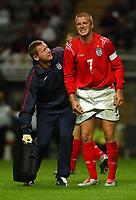 Fotball<br /> Foto: SBI/Digitalsport<br /> NORWAY ONLY<br /> <br /> 18/08/2004. International Friendly<br /> <br /> England V Ukraina<br /> <br /> England's captain David Beckham with physio Gary Lewin