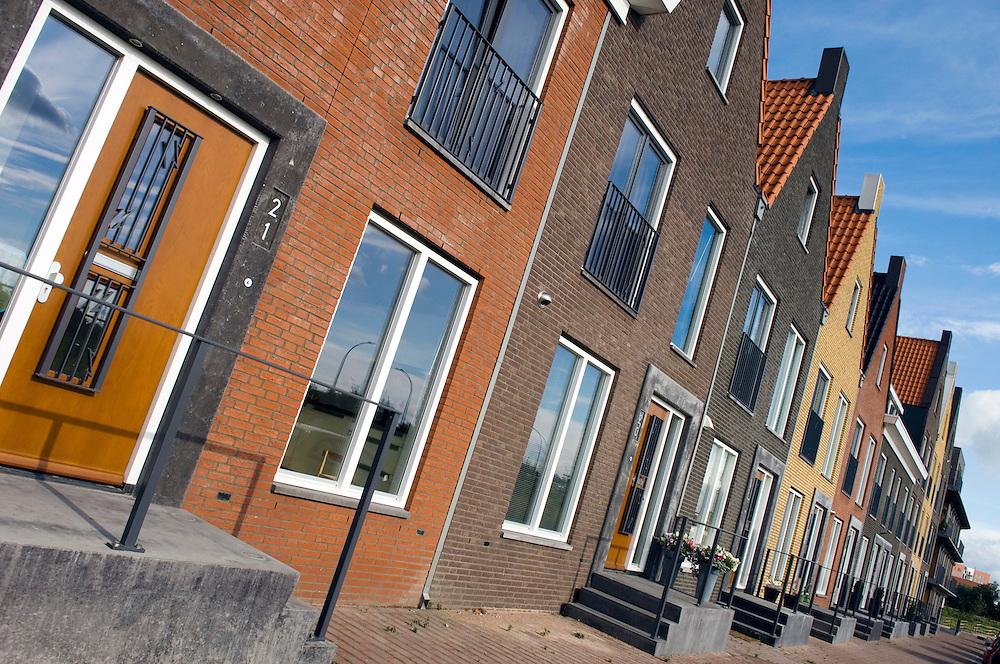 Nederland,  Amersfoort, 22 aug 2007.Vinexlokatie Vathorst. Nieuwbouwwijk ten noorden van Amersfoort. Er wordt afwisselend gebouwd, met grachtenpanden in retro-stijl en moderne grachtenpanden..Foto (c) Michiel Wijnbergh