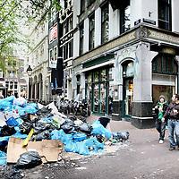 Nederland, Amsterdam , 13 mei 2010..Het vuil in Amsterdam stapelt zich overal op. Op de foto vuil op het Spui..De staking van de Gemeentereiniging is pas een week aan de gang en de stakers willen nog een week doorgaan, totdat hun eisen voor een loonsverhoging worden gehonoreerd.De medewerkers van de gemeentelijke reinigingsdiensten leggen tot en met 19 mei het werk neer lieten de vakbonden afgelopen maandag weten..Foto:Jean-Pierre Jans