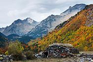 Picos de Clarabide y Gourgs Blancs sobre el manto otoñal, Ball d'Estós, Benasque, Huesca