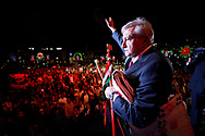 El presidente de México, Andrés Manuel López Obrador, se despide de la multitud congregada en el Zócalo luego de recibir un bastón de mando de manos de represenantes de pueblos indígenas.