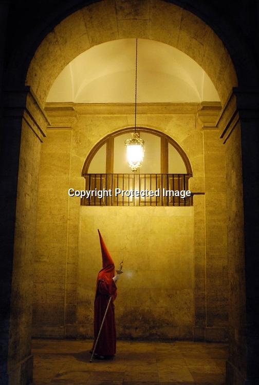 V. 14. Valencia, 07/04/2003. Un cofrade recorre el Claustro del edificio del Temple, sede de la Delegación de Gobierno, durante la procesión del indulto que ha tenido lugar esta noche. EFE/Kai Försterling