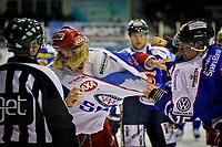 GET ligaen , <br /> Ishockey , <br /> 18.10.2011, <br /> Sparta Amfi , <br /> Sparta v Vålerenga , <br /> Tommy Kristiansen og Logan Stephenson havner i slosskamp helt i begynnelsen av kampen og begge må se resten av kampen fra tribunen , <br /> Foto: Thomas Andersen