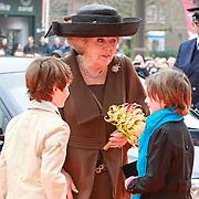 NLD/Amsterdam /20130413 - Heropening Rijksmuseum 2013 door Koningin Beatrix, Koningin Beatrix krijgt boeket van Ine en Jacob
