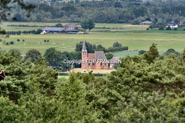 Nederland, Persingen, 7-7-2019Het kerkje van Persingen, het kleinste dorp van Nederland, wordt in de weekenden gebruikt als expositieruimte.Foto: Flip Franssen