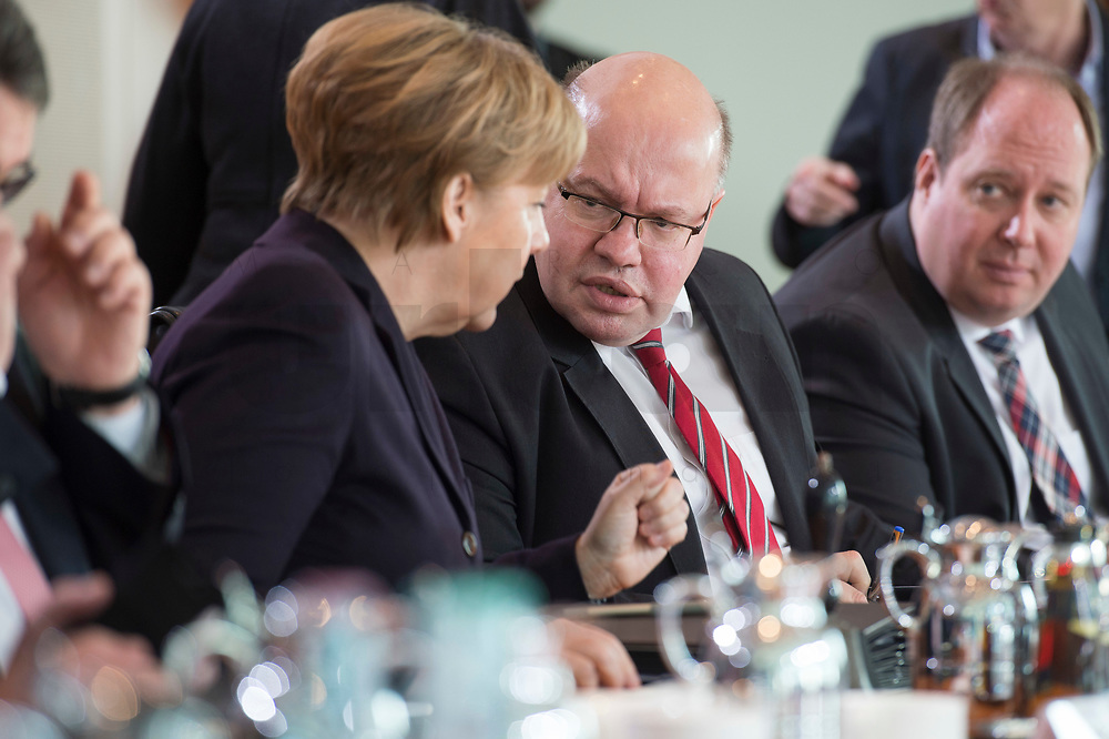 17 FEB 2016, BERLIN/GERMANY:<br /> Angela Merkel (L), CDU, Bundeskanzlerin, und Peter Altmaier (R), CDU, Kanzleramtsminister, im Gespraech, vor Beginn der Kabinettsitzung, Bundeskanzleramt<br /> IMAGE: 20160217-01-015<br /> KEYWORDS: Kabinett, Sitzung, Gespräch