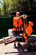 13-02-2016 -  Foto: Gorgeglide Cullinan Extreme Ziplining: instructies. Genomen bij Muningi Gorge in Cullinan, Zuid-Afrika. Adventure Zone biedt met Gorgeglide Cullinan Xtreme ziplining met 4 afdalingen over het Muningi Gorge ravijn. Met een verval tot 75 meter kunnen snelheden rond de 90 km per uur worden gehaald. Het record staat op 121 km per uur.
