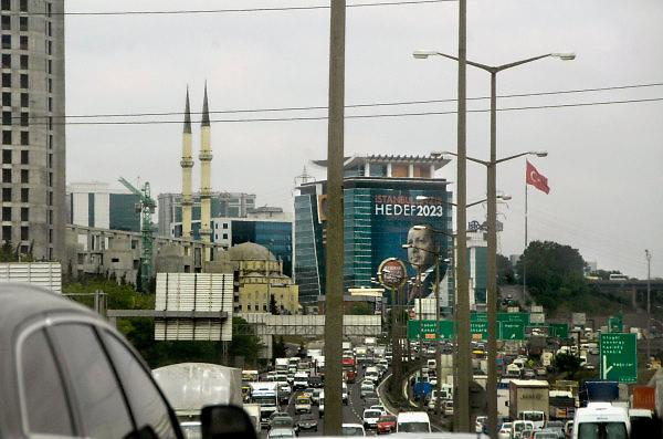 Turkije, Istanbul, 1-6-2011Straatbeeld van Istanbul in de aanloop naar de verkiezingen voor het parlement op 12 juni.Grote affiches van prmier ErdoganFoto: Flip Franssen