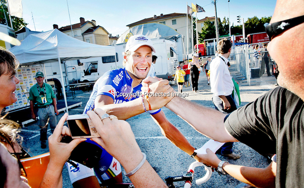 BOURG-EN-BRESSE, 20070713. Tour De France. Etappe 7. Tom Boonen vant. Belgieren hilser på publikum. ..Foto: Daniel Sannum Lauten/Dagbladet *** Local Caption *** Boonen,Tom