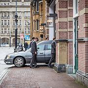 NLD/Amsterdam//20170309 - Herdenkingsdienst Guus Verstraete, begrafenisauto komt aan bij de La Mar