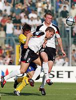 Fotball<br /> EM-sluttspill for U 21-landslag<br /> Tyskland v Sverige<br /> 31. mai 2004<br /> Foto: Digitalsport<br /> NORWAY ONLY<br /> Johan ELMANDER, Sverige, Moritz VOLZ og Robert HUTH, Tyskland
