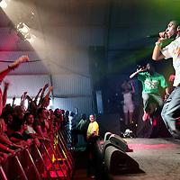 Nederland.Biddinghuizen. 21 augustus 2009..De Amsterdamse hardcore hiphop band Zwart Licht speelt de zaal plat.