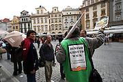 Touristen auf dem Altstädter Ring überlegen an einer Prag Führung teilzunehmen. <br /> <br /> Tourists thinking about a Prague guiding tour at the Old Town Square in Prague.