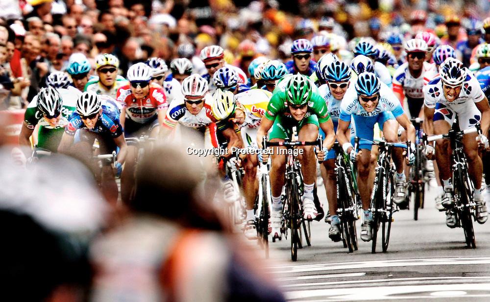 20050704. Tours.Thor Hushovd (helt til venstre i bildet) ble nummer ni den tredje etappen i Tour de France. Belgiske Tom Boonen vant...Foto: Daniel Sannum Lauten/ Dagbladet *** Local Caption *** Hushovd,Thor..Boonen,Tom